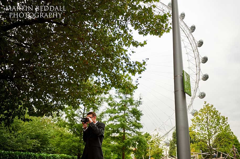 Usher films the couple near The London Eye