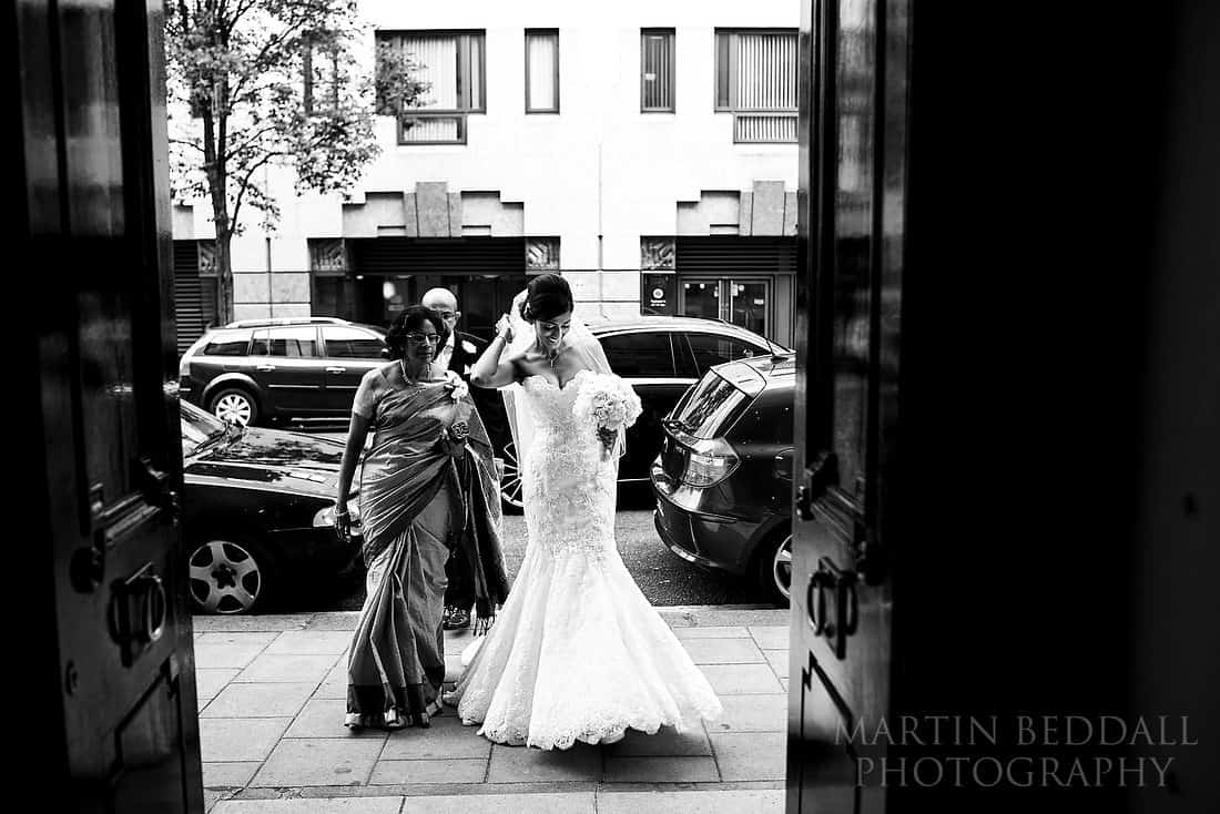 Bride arrives at the Lansdowne club