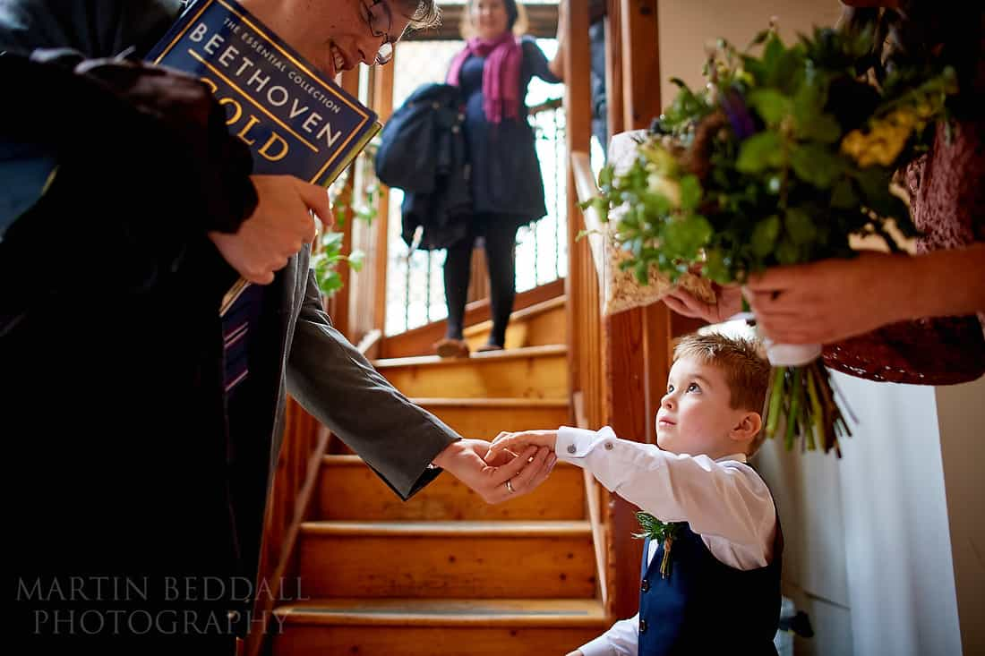 pageboy handing out the confetti