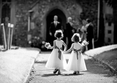 Flowergirls hand in hand
