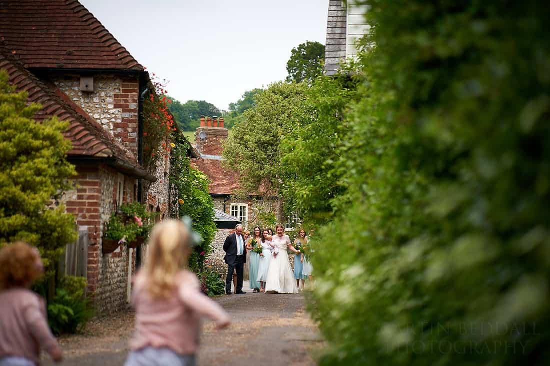 Flowergirls spot the bride